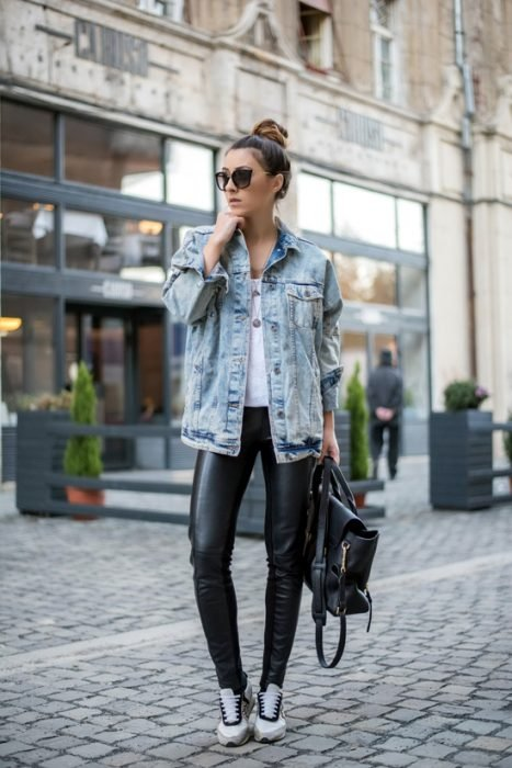 chica con chaqueta de mexclilla