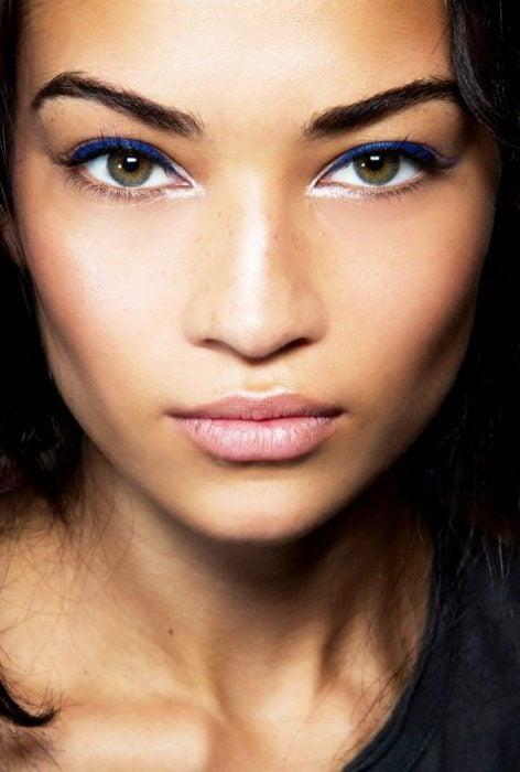 maquillaje de ojos para morenas delineador azul