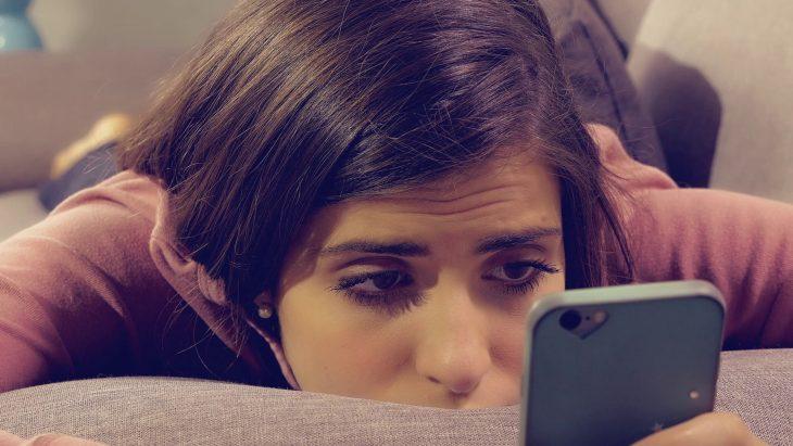 no te contesta los mensajes chica triste celular