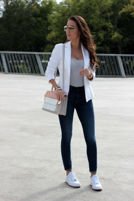 chica con pantalón de mezclilla y chaqueta blanca