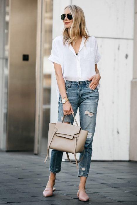 chica con pantalón de mezclilla y camisa blanca