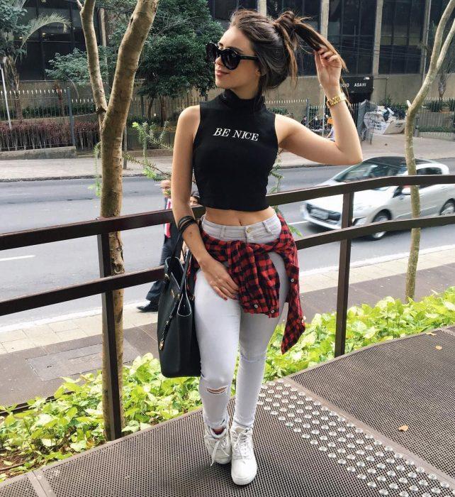 chica con pantalón de mezclilla y camisa de cuadros