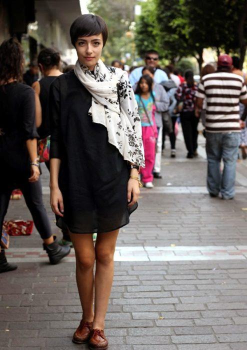 pashmina chica vestido negro