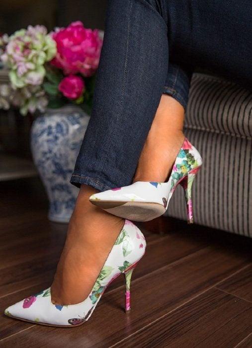 Chica usando unos stilettos blancos con flores