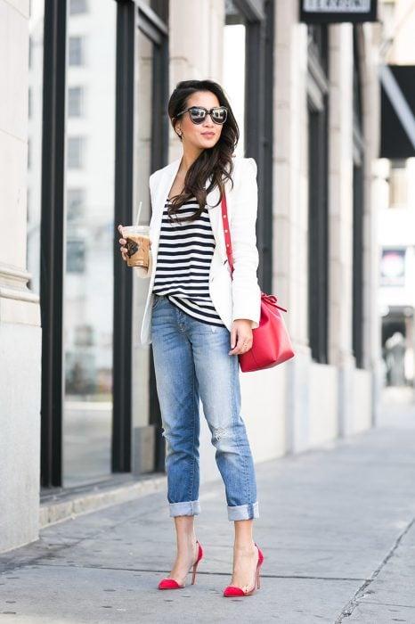 Chica usando unos stilettos de color rojo con transparencias
