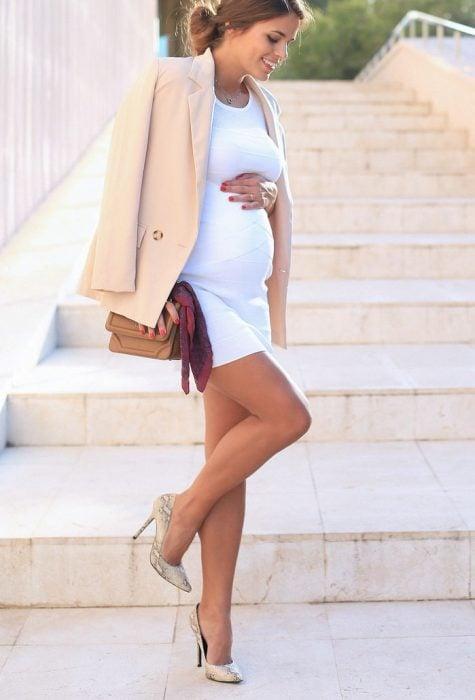 Chica usando unos stilettos estilo animal print