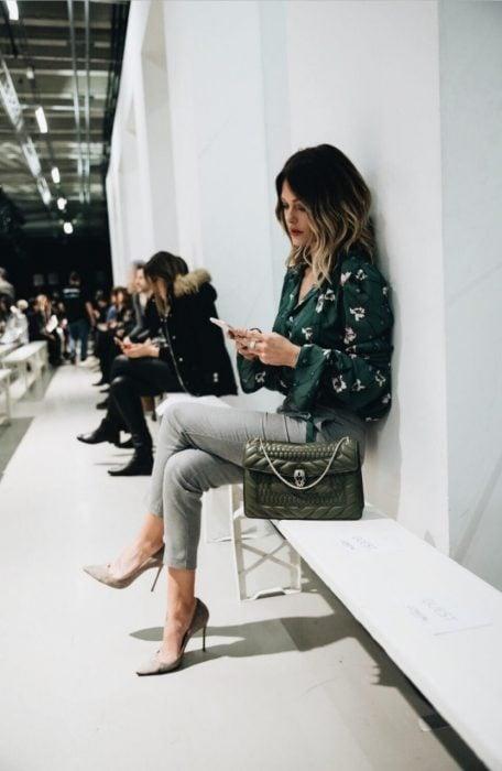 Chica usando unos stilettos de color gris
