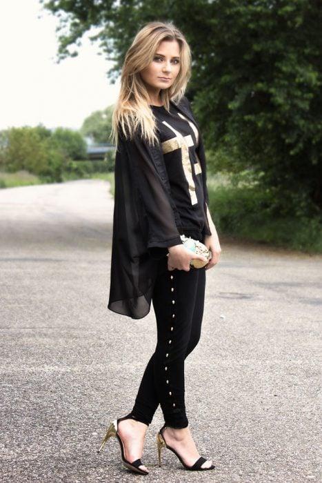 Chica usando unos stilettos en forma de sandalais