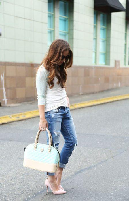 Chica usando unos stilettos de color rosa