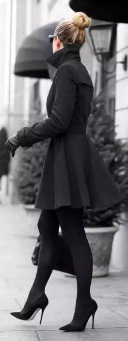 Chica usando unos stilettos de color negro