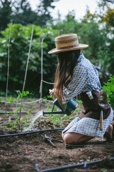 chica cuidando jardín