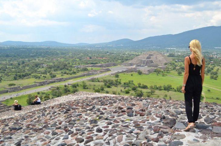 chica en teotihuacan