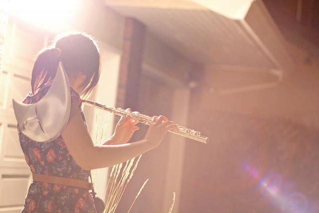 chica tocando flauta