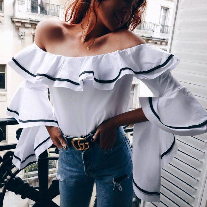 mujer con blusa blanca con holanes