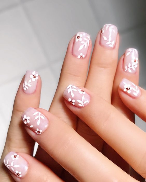 Uñas con flores blancas