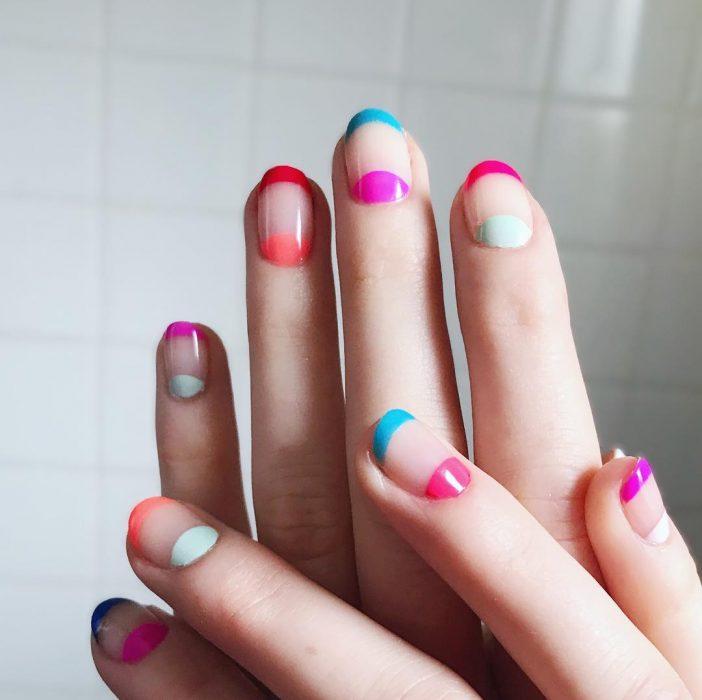 Uñas con lunitas de colores
