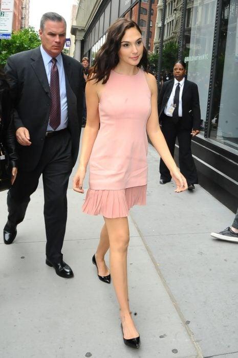 gal gadot vestido rosa