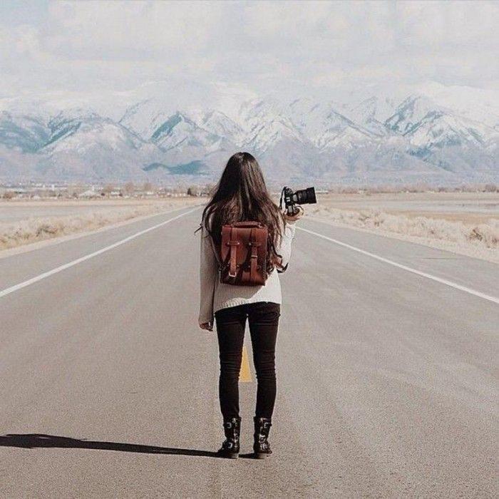 chica viajera tomando fotos