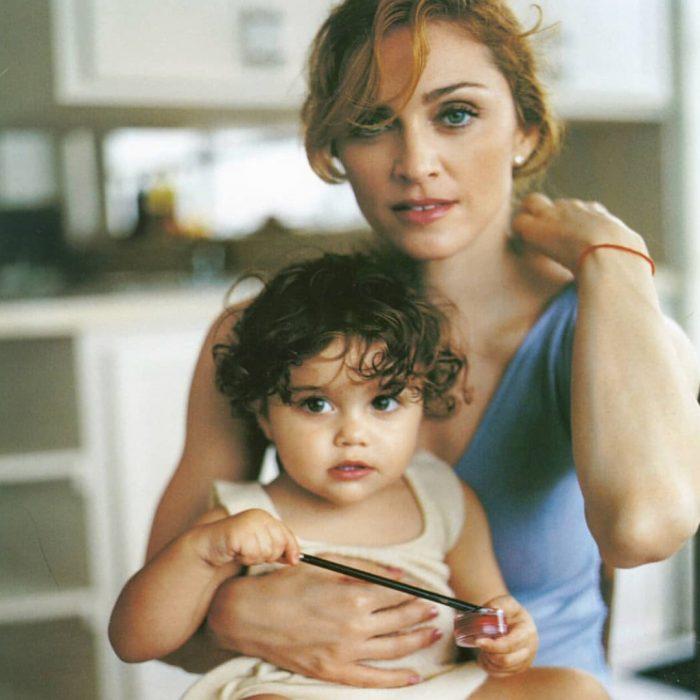 mujer rubia con niña cabello rizado