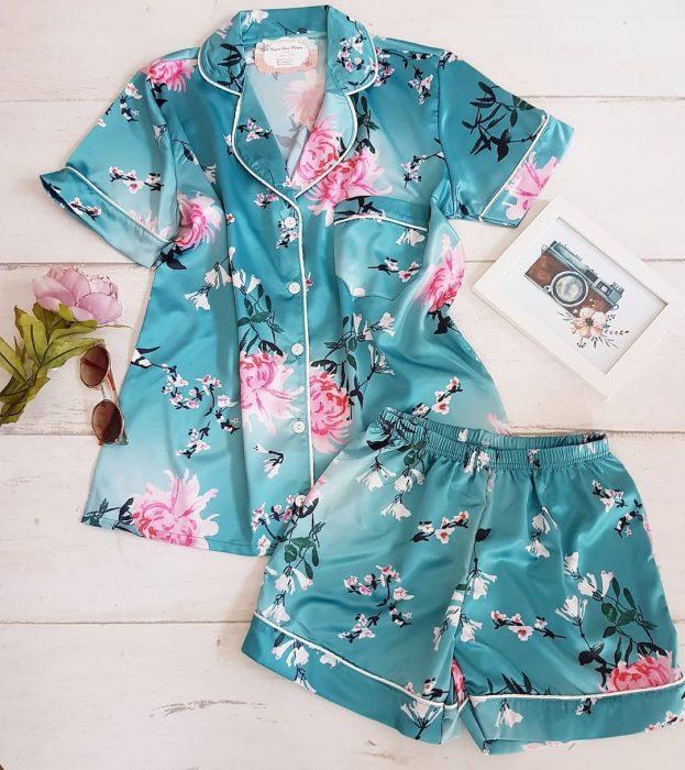 pijama de color azul con flores