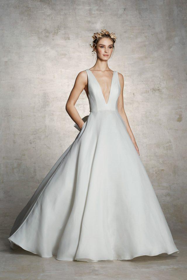 6fac5a7f7 25. Un estilo minimalista y sensual de Marchesa. vestido de novia 2018  Marchesa