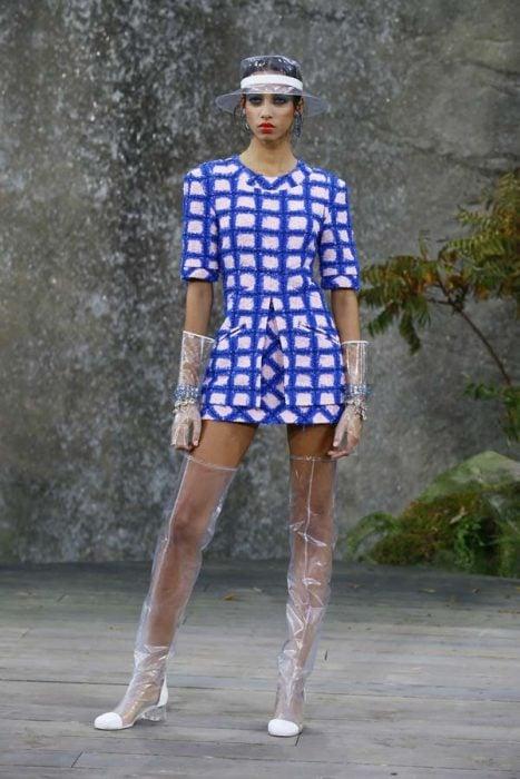 Chica usando unas botas y guantes transparentes