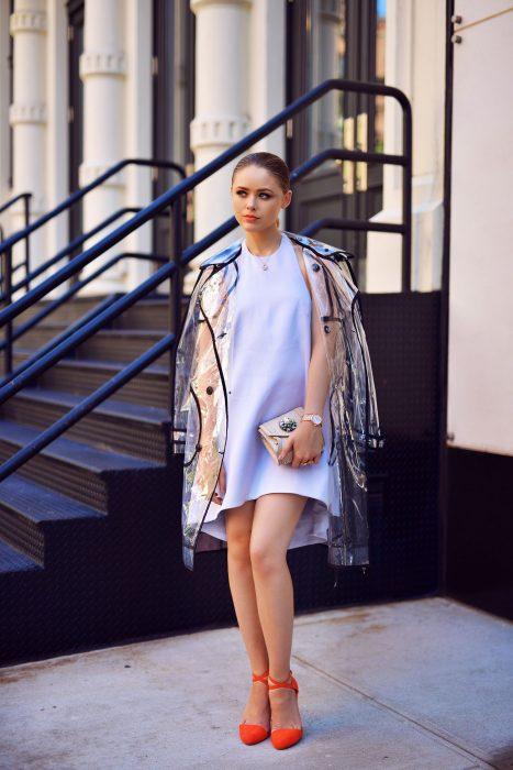 Chica usando una chaqueta con transparencias