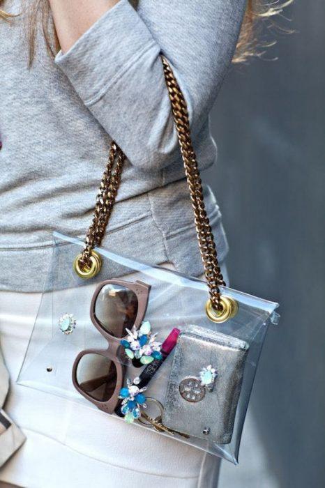 Bolso de mano con correas de cadena y hecho con transparencia