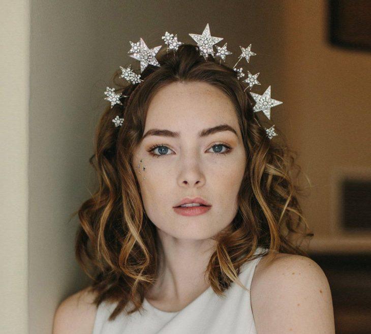 Chica usando una diadema de estrellas