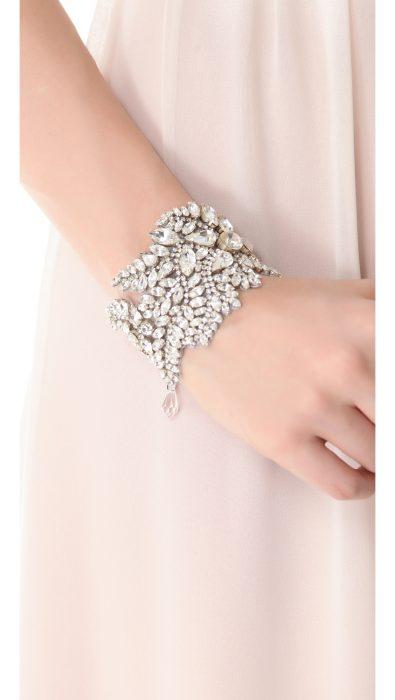 Chica usando una pulsera brillante en sus manos