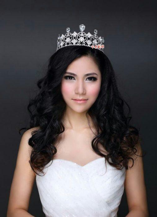 Chica usando una tiara