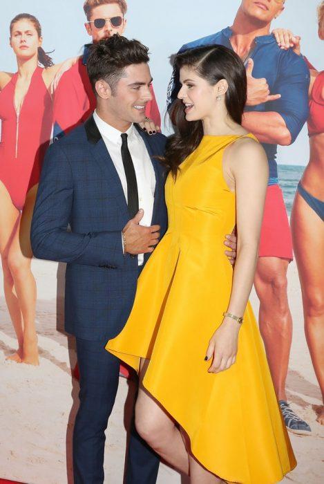 chica usando vestido de color amarillo