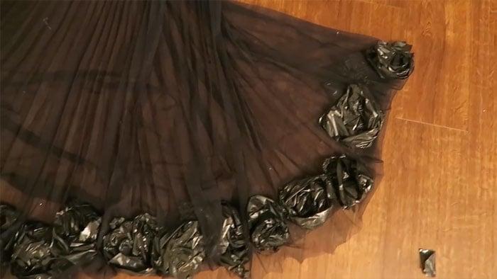 Falda negra con flores hechas con bolsas negras