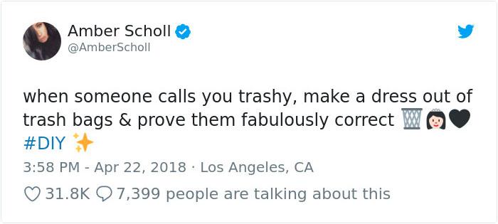 Comentario en twitter de Amber Scholl sobre el vestido hecho con bolsas