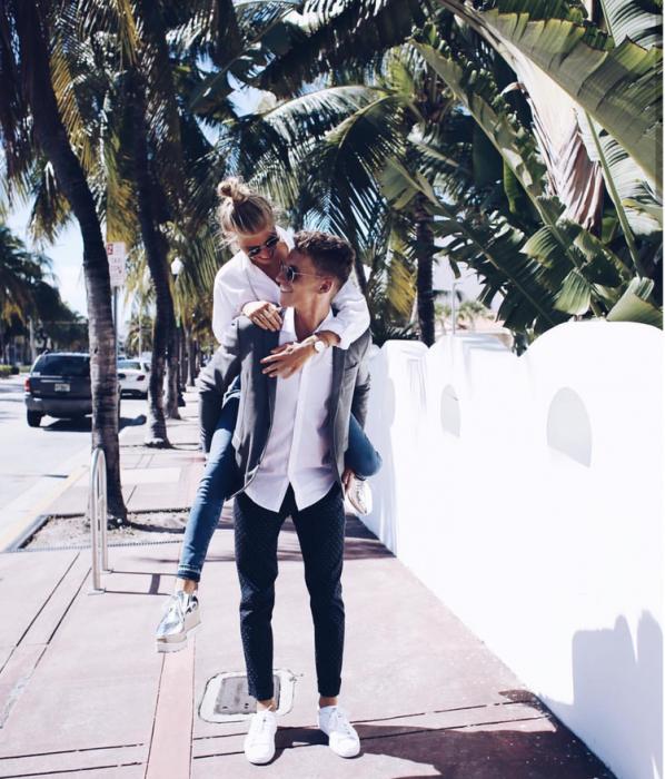 chico cargando a su novia