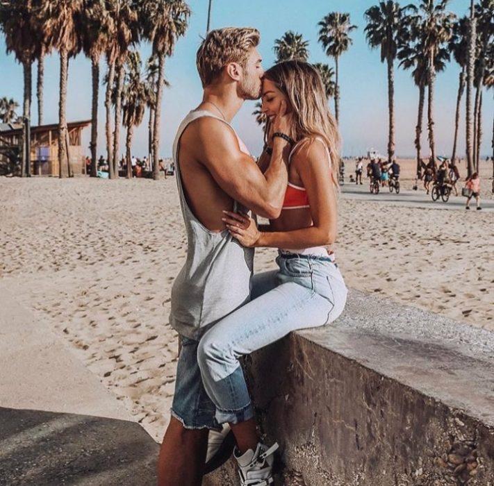chico besando a su novios en la frente