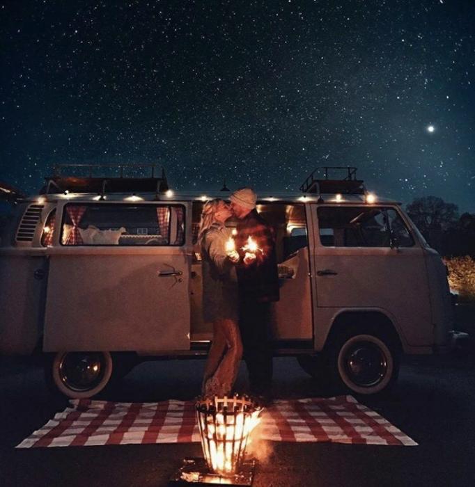 pareja de novios bajo las estrellas