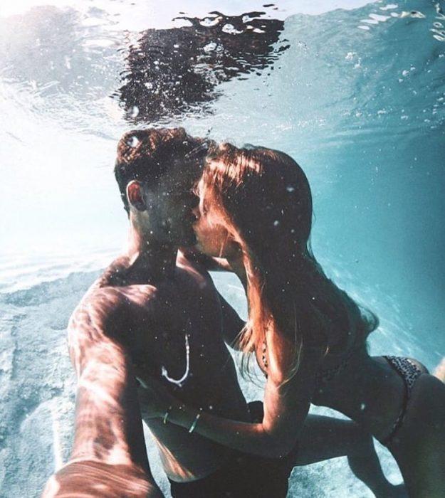 pareja de novios en el mar