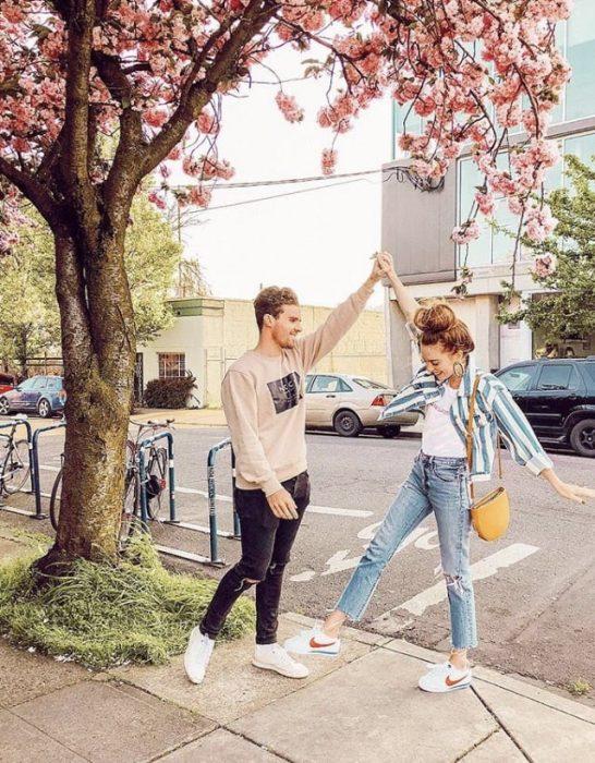 Pareja de novios bailando en la calle