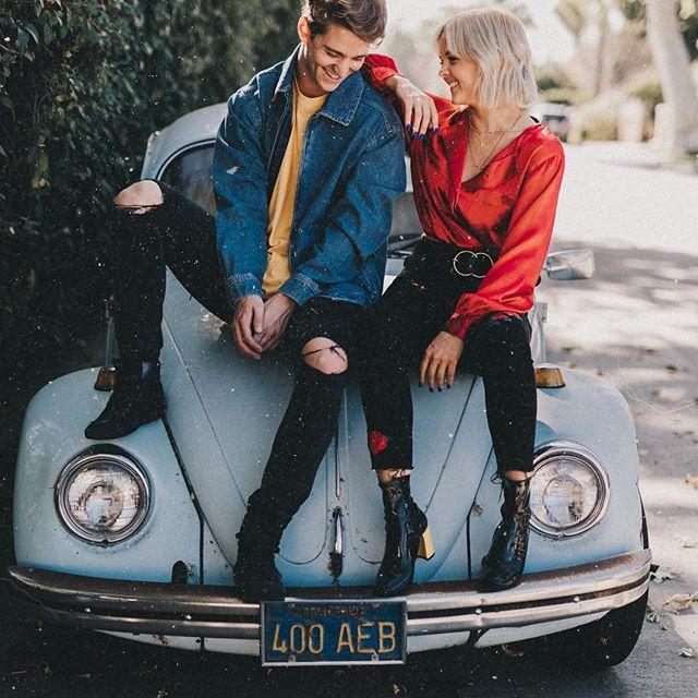 pareja de novios sentados en un auto