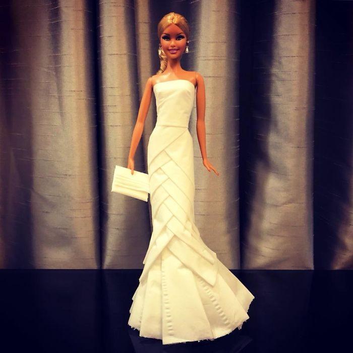 Muñeca barbie usando un vestido blanco de novia hecho con papel higiénico