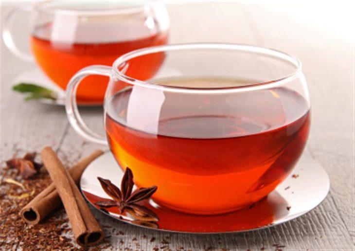 Taza con un té de canela