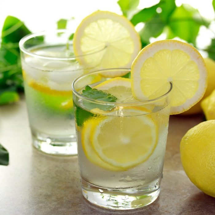 Vaso con agua de menta con limón