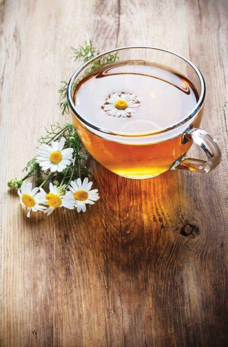 Taza con un té de manzanilla