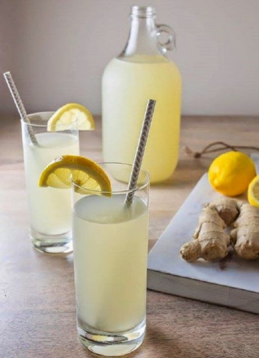 Taza con un té de limón y jengibre