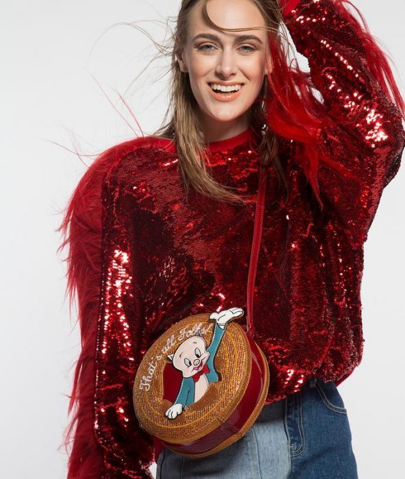 chica usando bolso redondo
