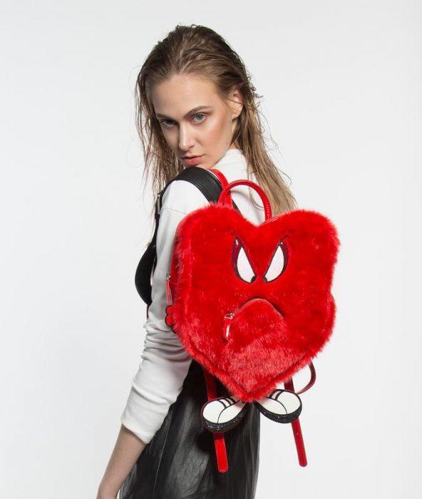 chica usando un bolso en forma de corazón