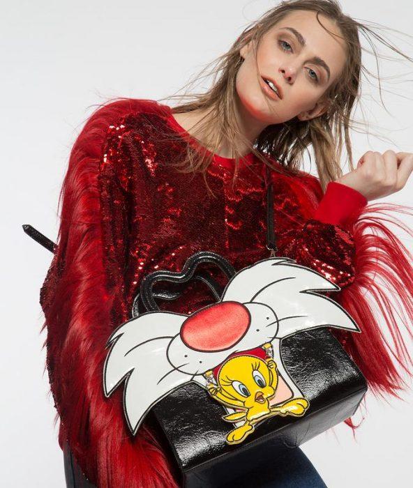 chica con un bolso de gato