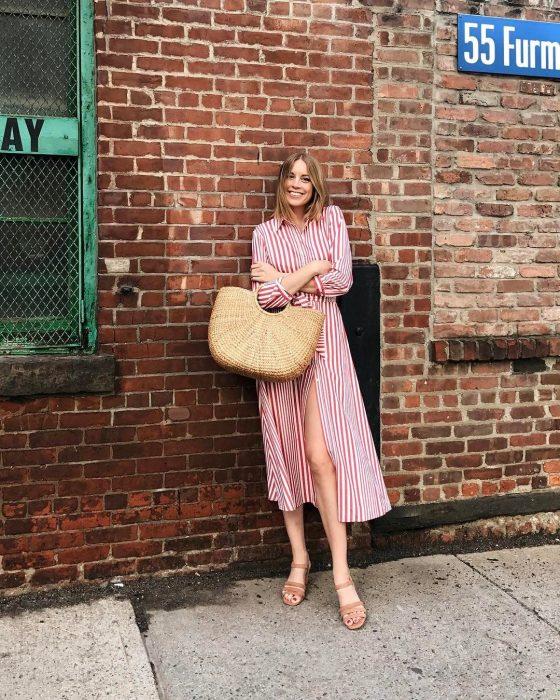 Chica usando un bolso straw handbags con un vestido de color rojo