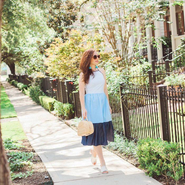 Chica usando un bolso straw handbags con vestido azul